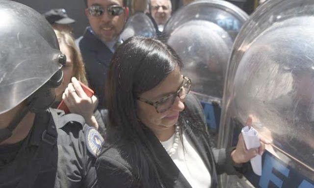 ESCANDALO INTERNACIONAL: LA CANCILLER DE MADURO FUE AGREDIDA POR POLICIAS Y FUNCIONARIOS ARGENTINOS    El golpe contra Venezuela fue en el cuerpo de la canciller A Delcy Rodríguez no solo le impidieron participar de la reunión de ministros de Relaciones Exteriores del Mercosur. También fue golpeada en el antebrazo derecho y un médico debió inmovilizarle la zona atacada. Por Martin Granovsky/PAGINA 12En un hecho inédito para la diplomacia internacional fuerzas de seguridad de la Argentina…
