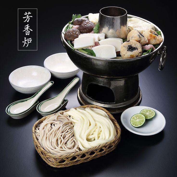 芳香炉は先々代(14代)が考案した鍋です。 だしは代々守られてきた河道屋独自のもの。一つ一つ厳選した食材の仕入先も当時と変わっていません。 丹波の山の芋を打ち込んだこしのあるそばで仕上げます。