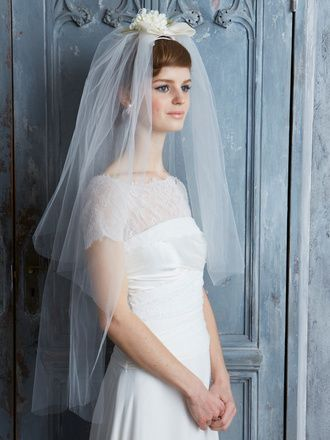 おしゃれ花嫁ヘア&ヘッドアクセ大図鑑 スグリ(サイド)  ポンパドール風の前髪がスウィートな横顔。サイドは編み込んですっきりと見せて。ドレスとベールのバランスを考え、首もとはノーネックレスがオススメ。