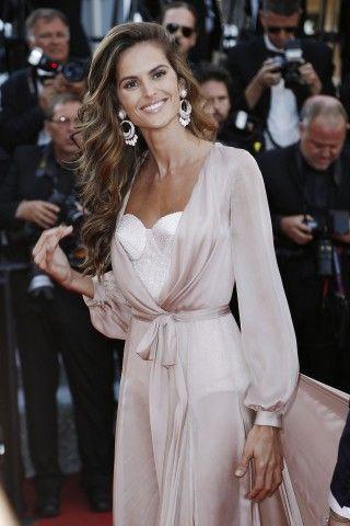 Cannes 2016. Gli angeli della lingerie infiammano il red carpet di Almodovar.  Izabel Goulart in rosa cipria firmato Ralph & Russo.