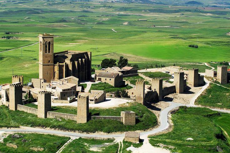 CASTLES OF SPAIN - Cerco Amurallado de Artajona, Navarra. Recinto amurallado, construido por los canónigos de San Saturnino de Toulouse en el siglo XI, cuando Pedro de Roda, obispo de Pamplona, les donó Artajona.  El lugar fue disputado por reyes, señores y clérigos, lo que dio lugar a luchas y asedios que hicieron necesarias varias reconstrucciones de las torres y murallas, especialmente durante el reinado de Carlos II de Navarra ( Carlos el Malo), en el siglo XIV.