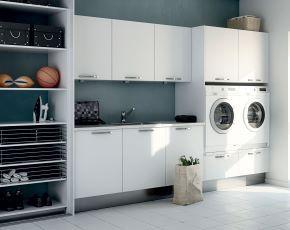 Moderna garderober med skjutdörrar och praktisk inredning
