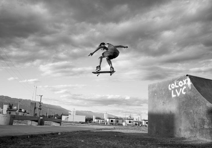 """Foto tomada por Emir Rolando (Argentina):  """"Quise capturar un momento cotidiano de mi vida, pero al mismo tiempo hacerlo asombroso, entonces tomé un ángulo bajo, posicioné el lente a 35° y capturé el momento. La tarde, las nubes, el filtro blanco y negro, el skater y un buen Ollie fue todo lo necesario para esta imagen. Fue realizada en la pista de Skate de la provincia de La Rioja Capital en Argentina."""" Emir Rolando"""