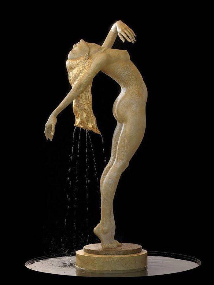 A escultora polonesa Malgorzata Chodakowska criou esta belíssima série de fontes-esculturas em bronze para interagir com a água. Provocando erupções em partes estratégicas em cada obra, a artista faz com que o movimento da água torne ainda mais mágico. Cada peça leva de 2 a 6 meses para ser concluída. Malgorza esculpe há 30 anos (...)