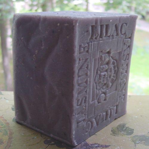 Jazmin y Lilas Es un jabón muy emoliente y suavizante, excelente para las zonas secas y ásperas.