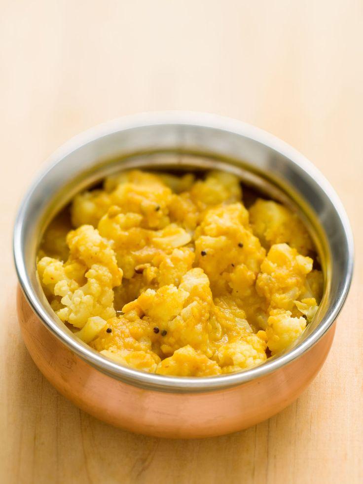 Curry de linte și conopidă, servit cu orez brun, un preparat ideal pentru întreaga familie.