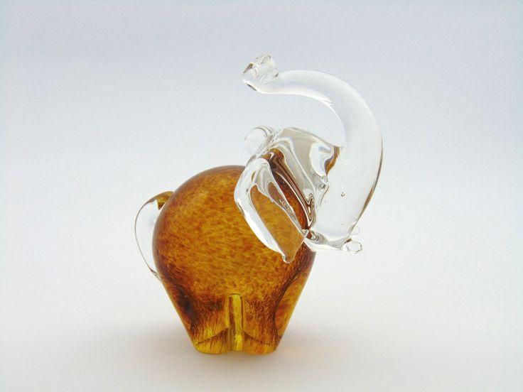 Szklana figurka słonia w kolorze bursztynowym