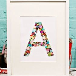 Letras de botões :): Button Monogram, Kids Room, Art, Button Letter, Buttons, Craft Ideas, Diy, Crafts