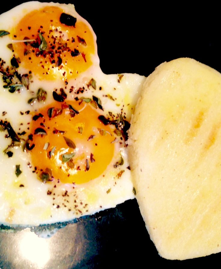 #Huevos fritos en forma de corazón. Un buen comienzo. Heart-shaped fried #eggs. A good start. #Amor #ILoveCook
