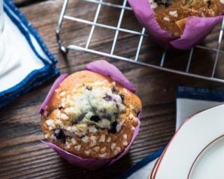 Muffins allégés aux myrtilles : http://www.fourchette-et-bikini.fr/recettes/recettes-minceur/muffins-alleges-aux-myrtilles.html
