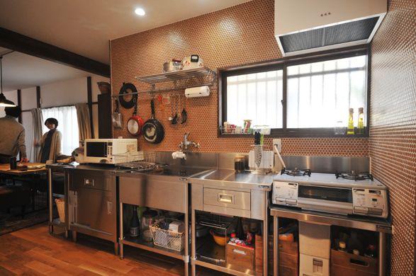 業務用キッチンを採用。システムキッチンにはないラフさがリビングダイニングの雰囲気にマッチしています。