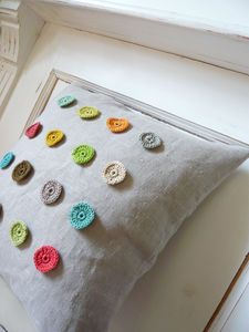 crochet circles on cushionCROCHET AND KNIT INSPIRATION: http://pinterest.com/gigibrazil/crochet-and-knitting-lovers/