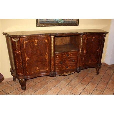 Credenza in legno di noce finemente intagliata e intarsiata e realizzata nei primi del '900.