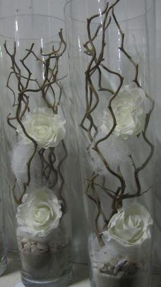 decoratietakken, witte rozen en wat witte wooly en decoratiesteentjes in glazen vazen. Dit alles is los te verkrijgen op webshop decoratietakken zo kun je zelf, je idee er aan toevoegen.