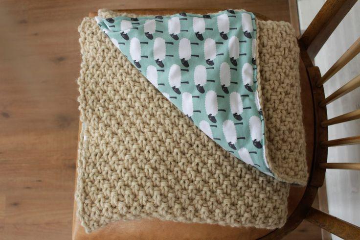 Zelf gemaakte babydeken, dubbele gerstekorrel met tricot schaapjes. Ideaal voor in de kinderwagen!