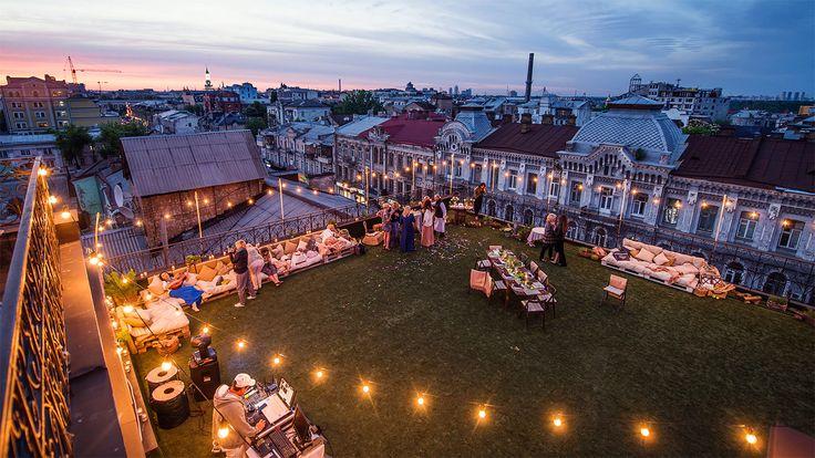 Вечеринка на крыше — это уже эффектно. А что получится, если пойти дальше и устроить на крыше пикник. Праздник, который два года остается мечтой киевлян.