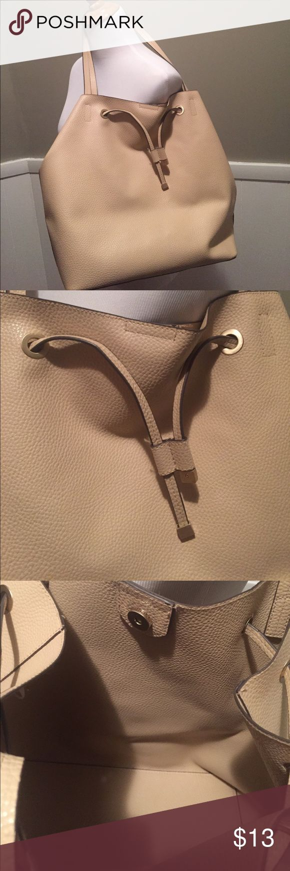 Cream tote bag No brand. In EUC. Purchased from a boutique! Large and cream. Neutral and perfect for fall! Bags Shoulder Bags