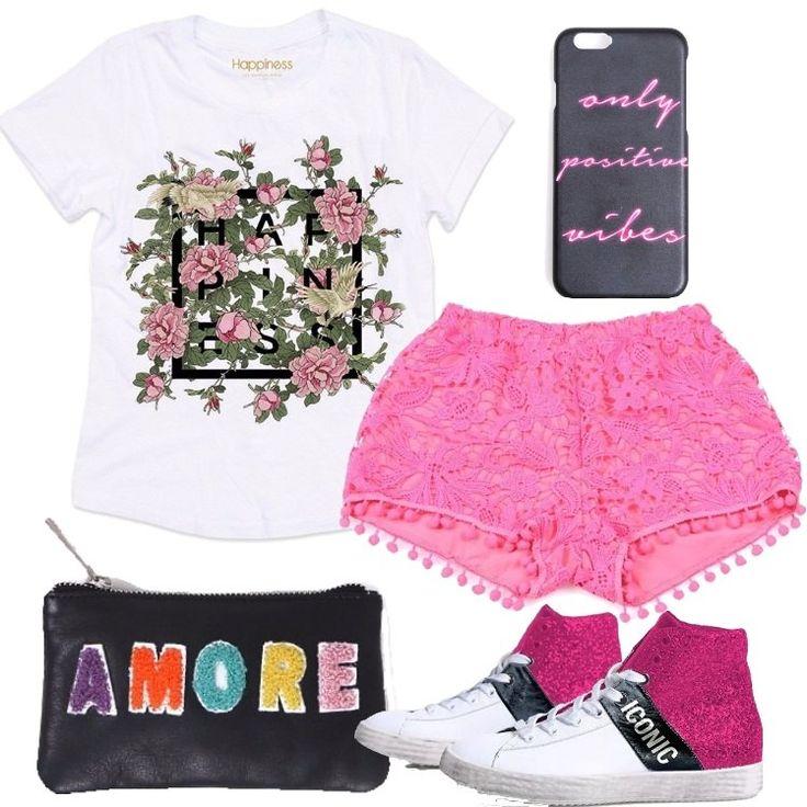 L'outfit è composto da una T-shirt in cotone, con scollo tondo, un paio di pantaloncini in pizzo, un paio di sneakers alte, da un astuccio in pelle e da una cover per il telefono.