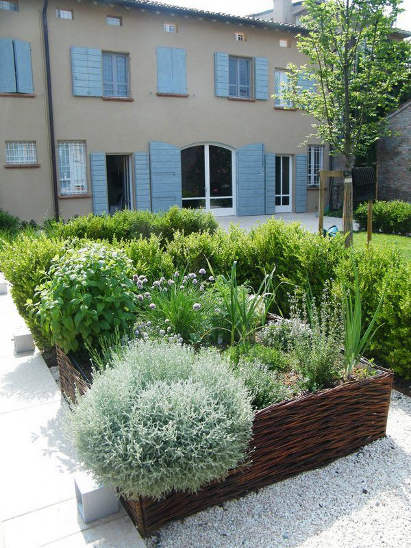 Edible Landscaping: raised beds herb garden | jardin d'herbes aromatiques