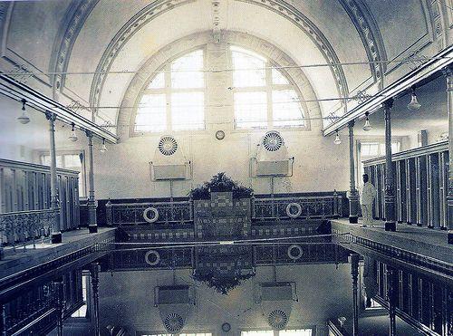 Badhuis Van Heek aan het van Heekplein. Ik heb er nog schoolzwemles gehad. Herinner me: het water was altijd heel koud.