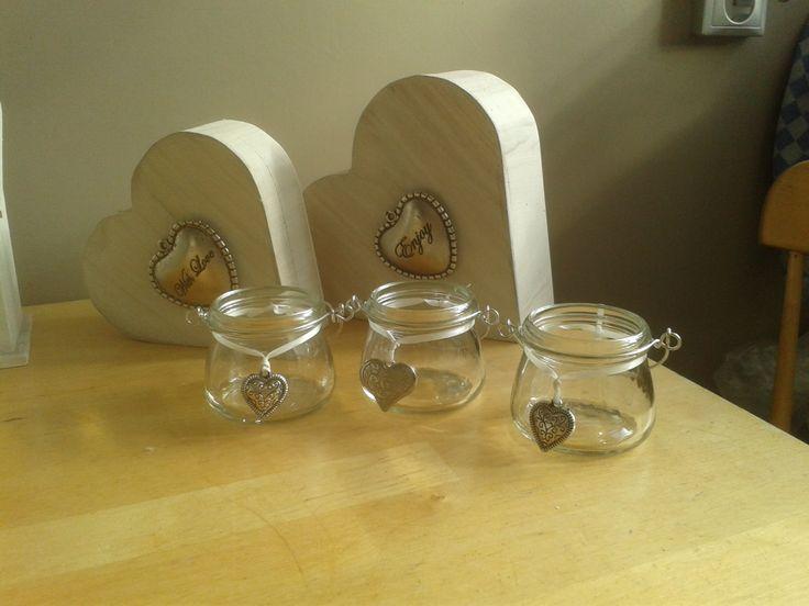 White wash en houten harten van de action. Kleine potjes opgeleukt met hartjes, voor theelichten!