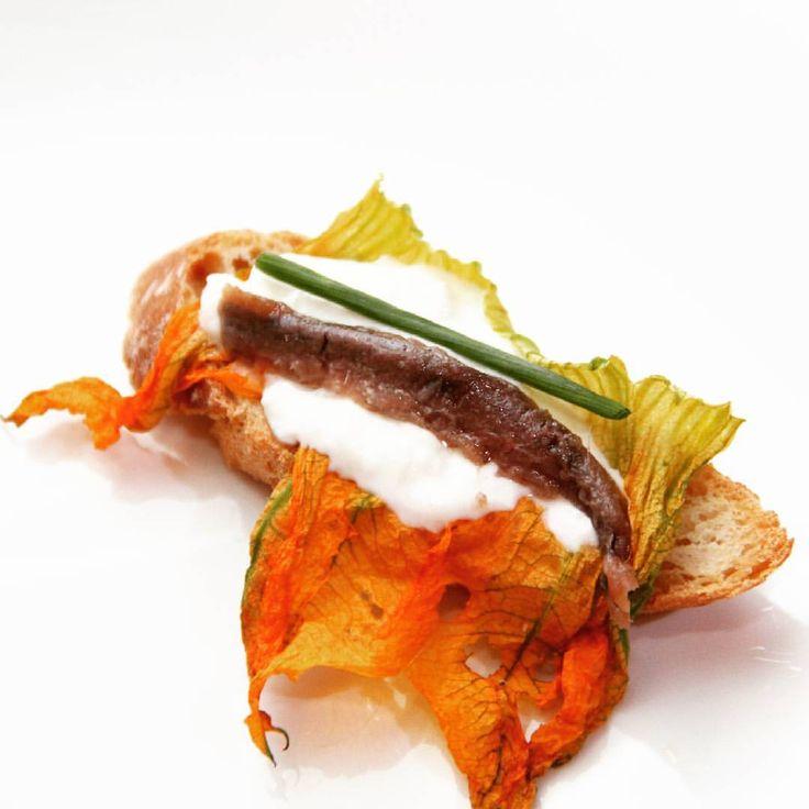 #myhomecooking #myhome #homesweethome #cookingwithlove #homecook #crostini #zucchiniflowers #buratta #marinatedanchovies
