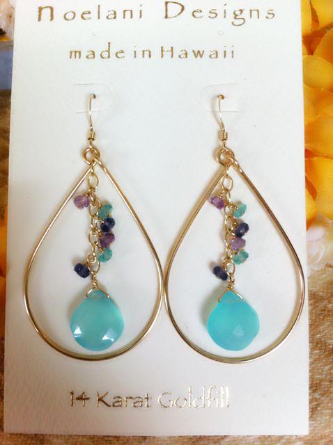 通常9150円。今だけセール。しずく型が女性らしい、ゴージャスな雰囲気にもお勧めの天然石の美しいピアスが、オアフ島ノースショアのノエラニ デザインから届きました。14Kゴールドフィルの素材に、カルセド二ーの透き通るブルーがハワイの海を思い出させる、美しいデザインのジュエリー。サマードレスにさりげなく合わせて。カルセドニーストーン、 アパタイト、アイオライト、アメジスト