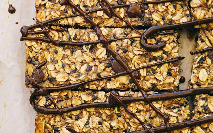 Wir haben heute den perfekten Snack für euch. Bananen-Müsliriegel ohne raffinierten Zucker.