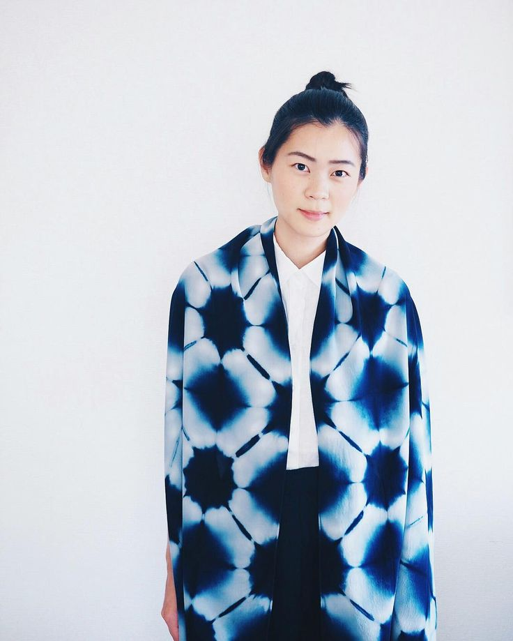 Having a simple pattern allows the kimono to be dressed casually but maintains to be eye-catching. This pattern is achieved by itajime shibori.