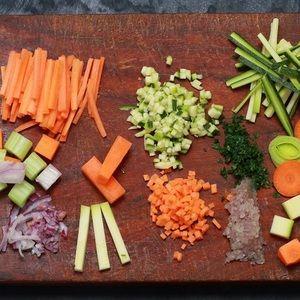 En julienne, mirepoix, bâtonnets ou brunoise, la taille des légumes a une importance pour la réalisation de certaines recettes de cuisine.