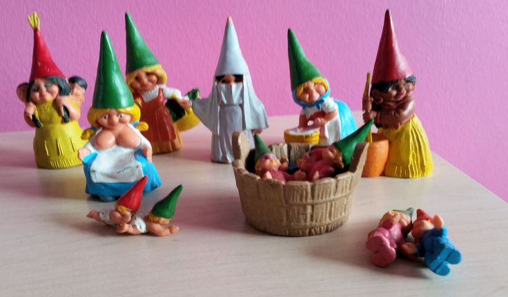 6 Kabouter vrouwen waaronder een moeder die een tweeling de borst geeft (2 baby's rode muts en groene muts )  3 Peuters roze handsop groene muts. 2 Peuters Blauwe handsop rode muts en een wastobbe