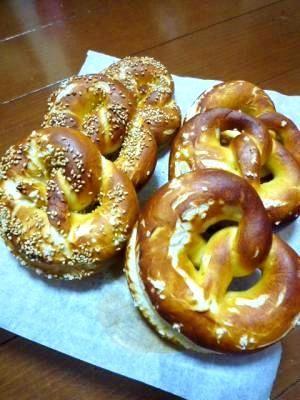 「プレッツェル(ブレッツェル)」田舎のパン屋ではプレッツェルを扱っているお店が殆どなくて・・・自分で焼いてみました!意外と簡単にできちゃいます♪【楽天レシピ】