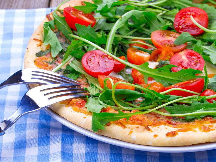 5 succulentes pizzas de moins de 300 calories/selection readersdigest.ca/Vous pensez que la pizza ne peut pas faire partie d'une alimentation saine? Faux: il est possible de préparer une pizza faible en graisses saturées et garnie de légumes. Faites-vous une soirée pizza grâce à ces recettes de moins de 300 calories!