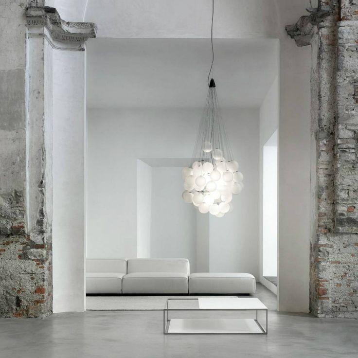 Una lampada che deve il suo disegno alla presenza di sfere di vetro soffiato poste a differenti altezze che consentono infinite combinazioni, seguendo a pieno la propria creatività e gusto.
