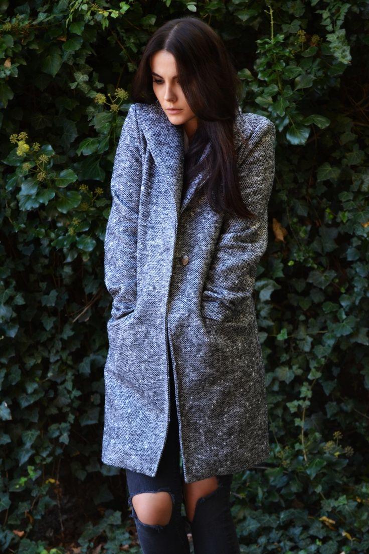 Palton MELOR gri din lână. Un palton cu croi drept, captuseala si nasture.Frumosul simplitatii si calitatea superioara a meterialelor este ceea ce caracterizeaza brand-ul MELOR.