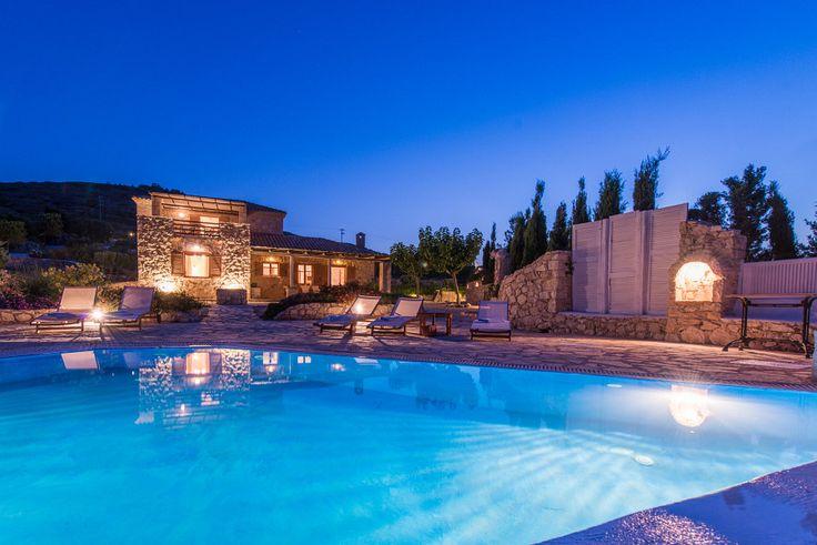 """Die """"Mittelmeer Zante Crystal Villa"""" liegt an der Küste, direkt über den spektakulären blauen Buchten im Nordosten der Insel. Es ist eine traditionelle Villa aus Stein mit 3 Schlaf- und Badezimmern und Platz für bis zu 8 Personen. Sie beeindruckt zusätzlich mit einem atemberaubenden Blick auf das Meer. On top ist ein Privatpool mit Hydro - Massage vorhanden.  #Ferien #Sommer #Villa #Urlaub #Reisen #Zakynthos"""