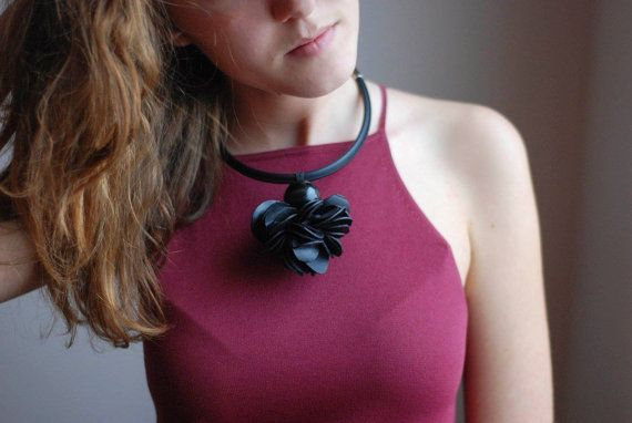 In gomma nera, contemporanee accessori fatti a mano, piccolo fiore nero collana