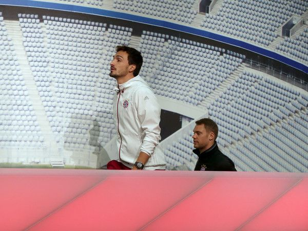 Mats Hummels Photos Photos - Goalkeeper Manuel Neuer (R) and Mts Hummels of FC Bayern Muenchen arrive for a press conference on February 14, 2017 in Munich, Germany. Bayern Muenchen will play Arsenal FC in the Champions League Round of Sixteen first leg match on Wednesday. - FC Bayern Muenchen - Training Session & Press Conference
