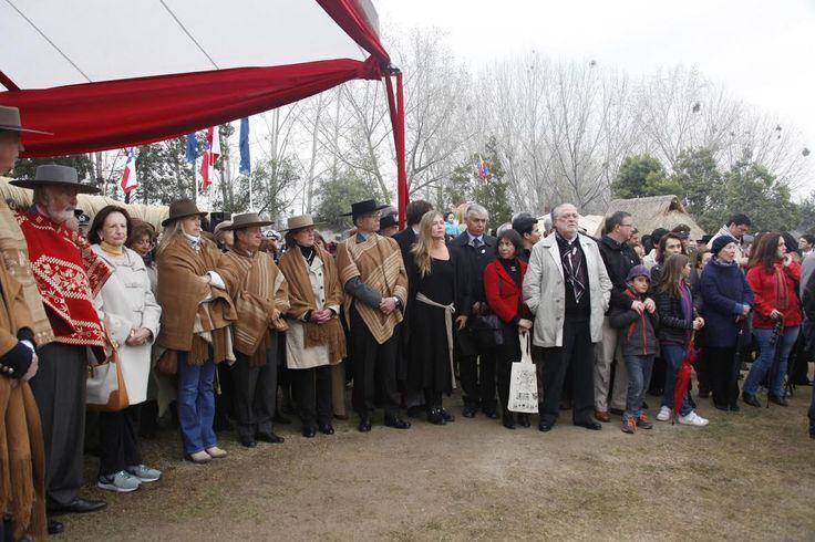 Además de las autoridades del agro, estuvieron presentes los alcaldes de Vitacura, Raúl Torrealba; de La Reina, Raúl Donckaster; y de Las Condes, Francisco de la Maza.