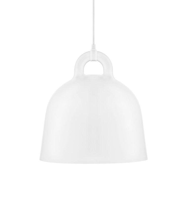 Bell lamp fra Normann Copenhagen erdesignet av Andreas Lund og Jacob Rudbeck. Denne klokkeformede lampen gir et godt lys over feks et spisebord eller kjøkkenøy.  Lampen kommer i matt hvit og matt svart. Alle lampene er hvite innvending, noe som reflekterer lyset, og gir en praktisk belysning. Materiale: Aliminium Leveresmed 4 meter lang tekstilledning. Mål H:44 Diameter 42 cm Lampen er utstilt i vår butikk i Tønsberg, om du ønsker å ta en titt på den.