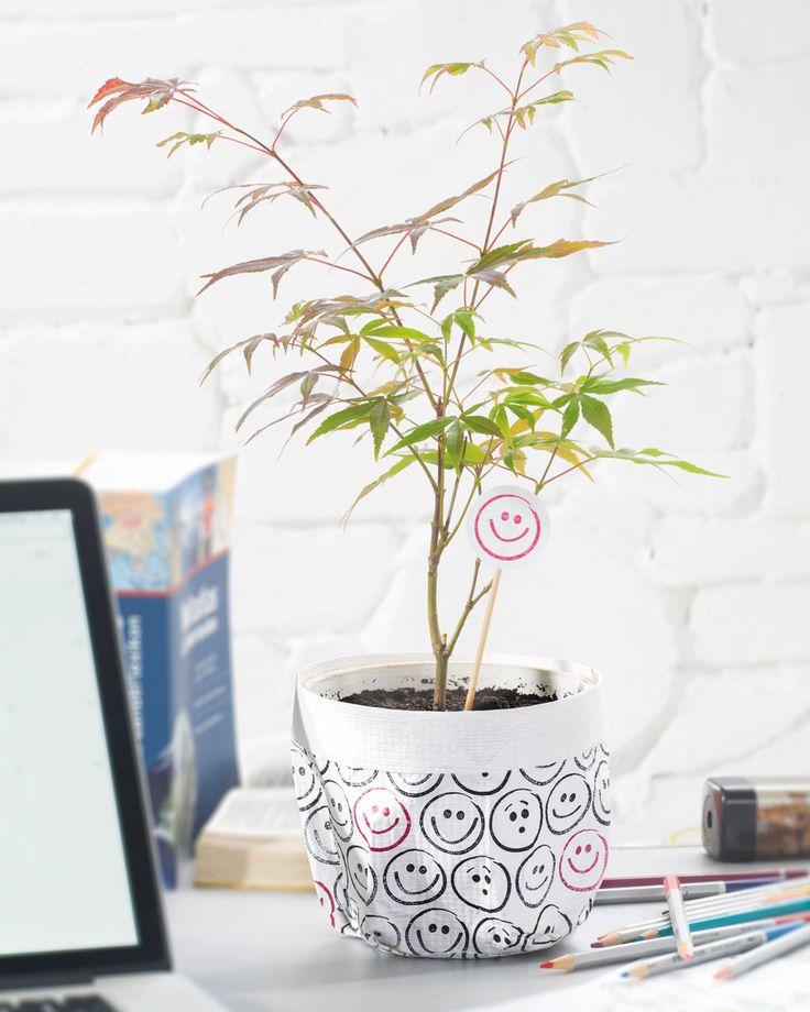 """Blumentopf mit Tyvek® (Idee mit Anleitung – Klick auf """"Besuchen""""!) - Sie möchten alte Blumentöpfe für den Balkon witzig aufpeppen? Dann versuchen Sie sich doch an dieser coolen Deko-Bastelidee!"""