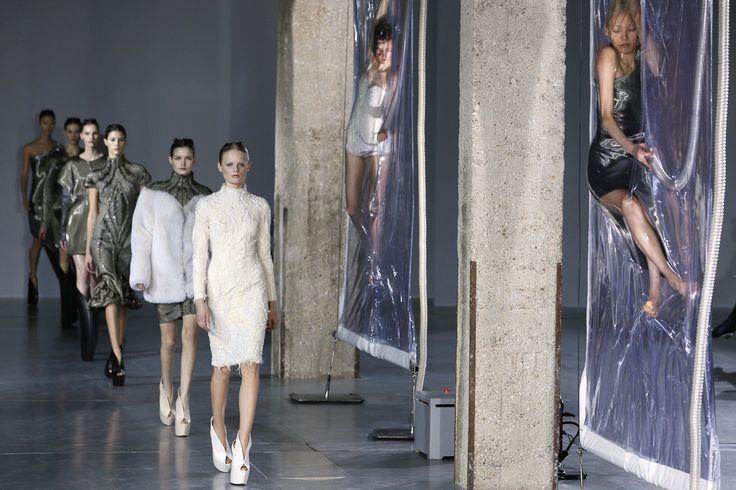 Modelos foram suspensas e embaladas a vácuo em lâminas de plástico durante o desfile da coleção Outono Inverno 2014 de Iris van Herpen, na Paris Fashion Week.