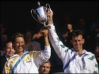 Jeremy Bates and Jo Durie | Jo Durie and Jeremy Bates lift the 1987 mixed doubles Trophy. Vann 1987 mixed dubbel över Darren Cahill/Nicole Provis 7-6, 6-3.