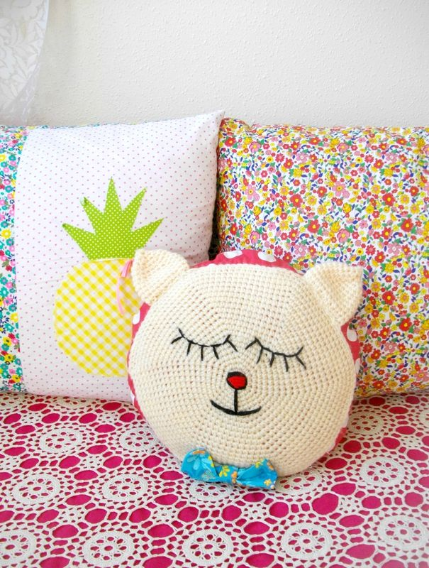 coussin chat au crochet de la souris aux petits doigts une fille frange diy crafts. Black Bedroom Furniture Sets. Home Design Ideas