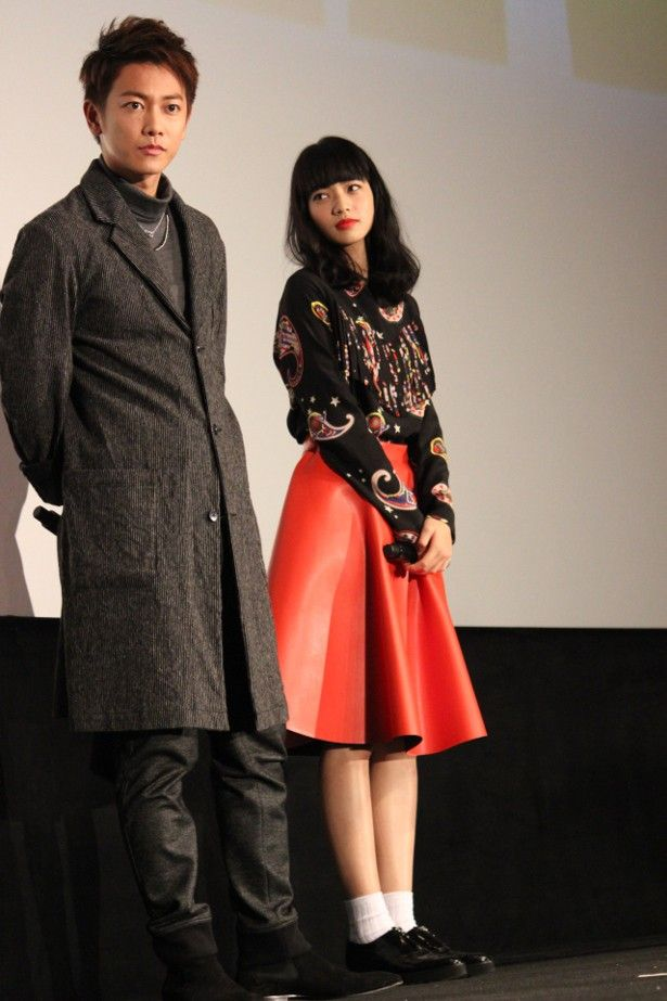 【写真を見る】小松菜奈は、黒いブラウスと赤のレザーのスカートで登壇