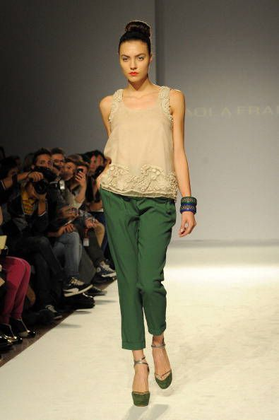 Pantaloni verdi con top bianco