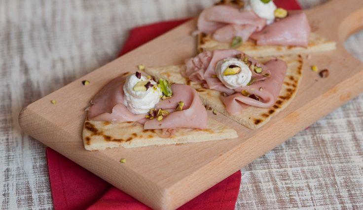 Piadina con Mortadella Bologna, mousse al Grana Padano e pistacchi. Valorizziamo in prodotti DOP e IGP.