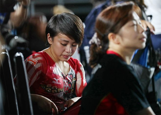 女子個人総合決勝の全種目を終え、肩を落とす村上茉愛(左)。右は瀬尾京子コーチ=6日、カナダ・モントリオール #体操 #世界選手権 #女子