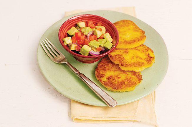 As arepas são panquequinhas preparadas com milho, invenção dos colombianos. Nossa versão leva mandioca, e dispensa o uso de farinha. Vale no café da manhã, ou como almoço leve.