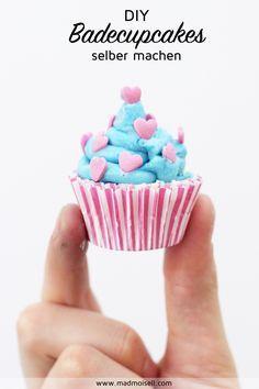 Badebomben in Cupcake-Form Selbermachen: Tolle DIY Geschenkidee für Weihnachten! Meine Badebomben-Cupcakes bestehen aus zwei verschiedenen Teilen: Dem unteren Teil, der sich dank Natron und Zitronensäure wunderbar im Wasser auflöst, und dem oberen Topping, das super pflegend ist. Was Farben und Dekoration angeht, sind bei diesem DIY wirklich keine Grenzen gesetzt: Ihr könnt das Topping nach Lust und Laune entweder mit Lebensmittelfarbe oder einfachem Kakaopulver einfärben.